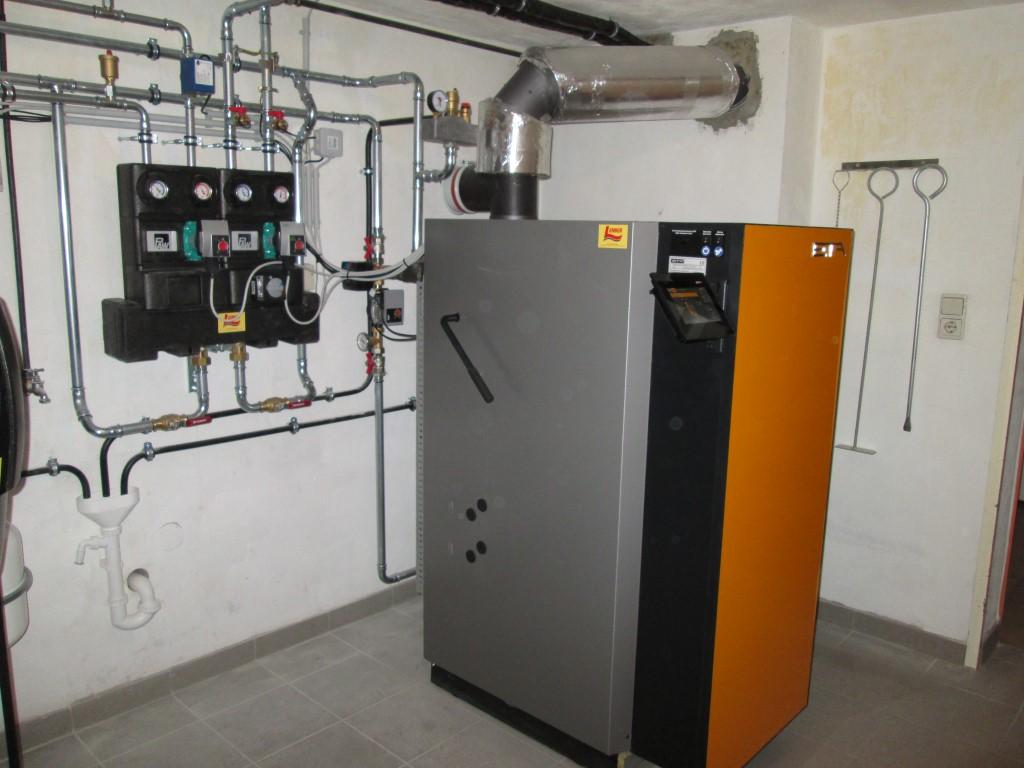 ETA Holzvergaserkessel 20kW, 2 x Schichtpufferspeicher mit 1.000 l. Die Solaranlage unterstüzt die Warmwasserbeitung. (Fam. Bucher, Unterdürnbach)