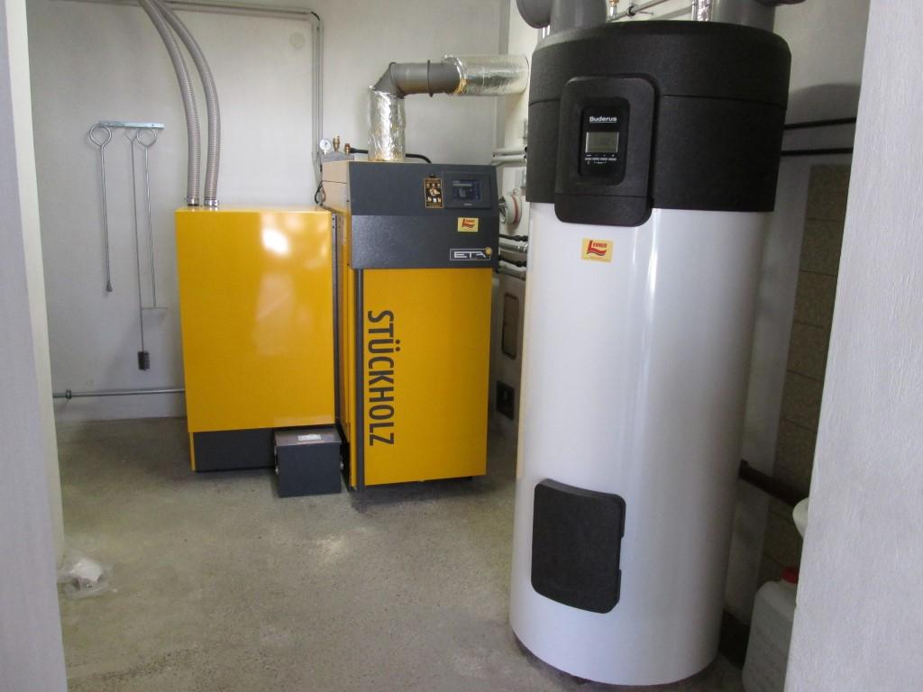 ETA TWIN Holzvergaser mit Pelletsbrenner 30kW und zwei Schichtpufferspeicher mit je 1.000 l zur Heizungsunterstützung, eine Wärmepumpe Buderus Logatherm mit 270 l.[Fam. Puraner, Neudegg]