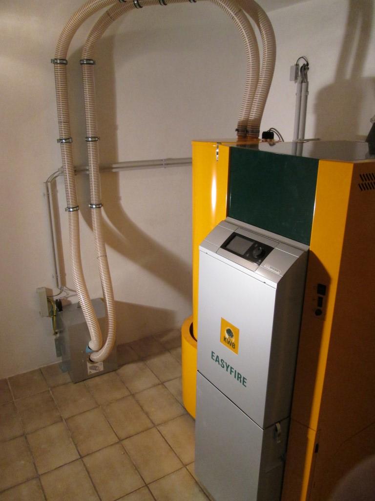 KWB Easyfire Pelletsheizungsanlage EF2  Leistung 22kW und eine Solaranlage mit 7,5m² Kollektorfläche für die Warmwaserbereitung [ Fam. Schäffert, Reichersdorf]