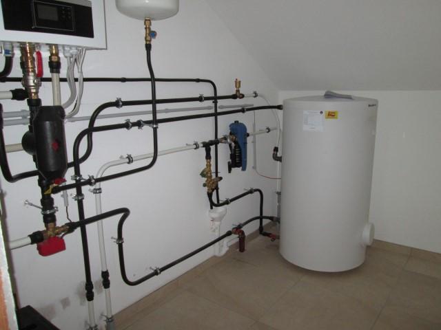 Luftwasser-Wärmepumpe Buderus für monoenergetischen Betrieb, ein Speicher-Wasserwärmer zur Warmwasserbereitung. [ Herr Klepp - Eggendorf ]