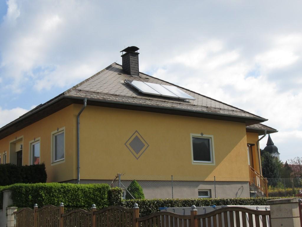 Eine Solaranlage Solar Energy mit einer Kollektorfläche von 7,5m² und einem 500 l Solarspeicher zur Warmwasserbereitung ( Fam. Bucher, Unterdürnbach).