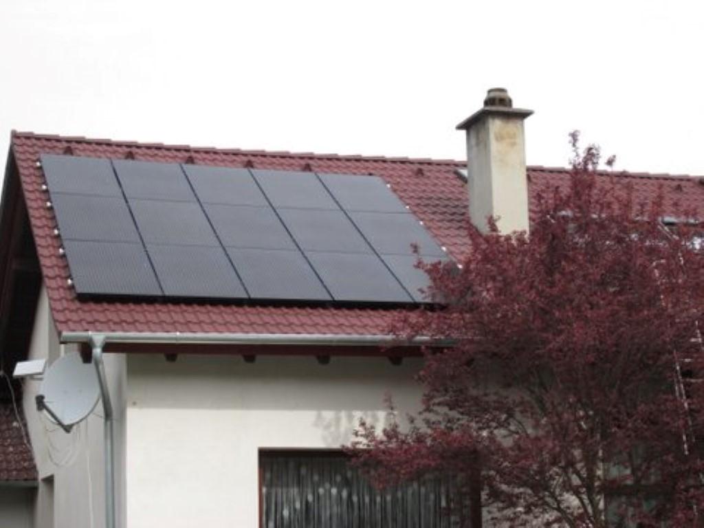 Eine Photovoltaikanlage mit 15 PV-Modulen - 4,5kWp. Fabrikat SEG Kioto PV-Solarmodul SPV300. Wechselrichter Fronius Symo 4.5-3-M,4,5kW.  ( Fam. Kerstock, St.Andre-Wördern)
