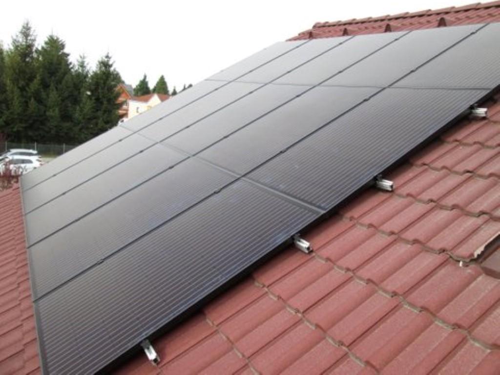 Eine Photovoltaikanlage mit 15 PV-Modulen - 4,5kWp. Sicherheitsschnittstelle zwischen Eigenerzeugungsanlage und dem Niederspannungsnetz. ( Fam. Kerstock, St.Andre-Wördern)
