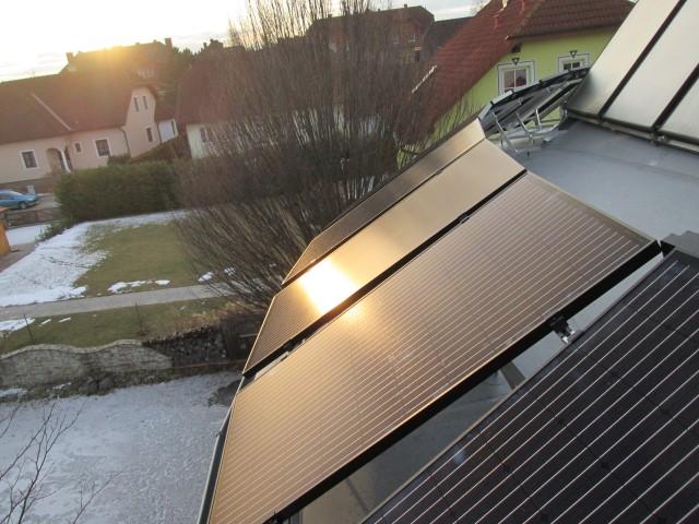 Photovoltaikanlage bei Abenddämmerung mit 4 kWp Leistung, 14 Module mit 290 Watt, Richtung Süden auf Wintergartendach aufgeständert montiert. [ Herr Skol, Ziersdorf]